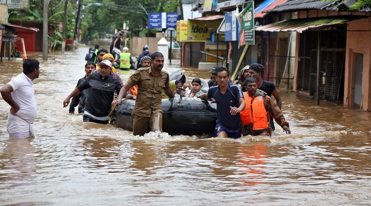Rescuers evacuate people from a flooded area to a safer place in Aluva in the southern state of Kerala, India, August 18, 2018 (Photo by REUTERS taken from Indian Express).